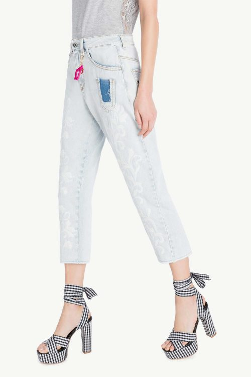 Jeans donna in denim con ricamo floreale